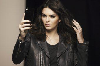 Estée Lauder dévoile le premier film de Kendall Jenner pour Little Black Primer.