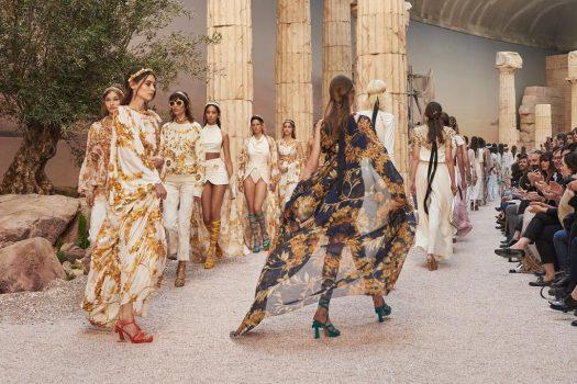 Grèce antique à l'honneur du défilé Croisière 2017-2018 signé Chanel.