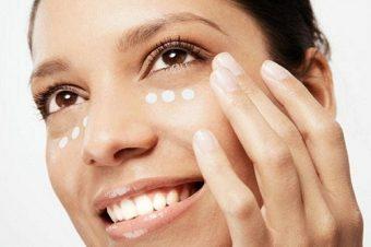 La Question Beauté de la semaine  Pourquoi faut-il appliquer une crème pour les yeux en tapotant des doigts ?