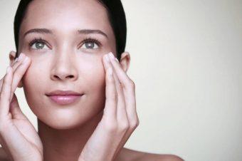 Question beauté: Pourquoi faut-il appliquer une crème pour les yeux en tapotant des doigts ?
